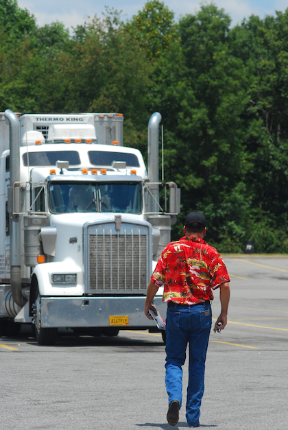 Independent Howard Salmon and his 1999 Kenworth. Hear more from Salmon relative to ELDs at this linked report from the day the mandate was announced.
