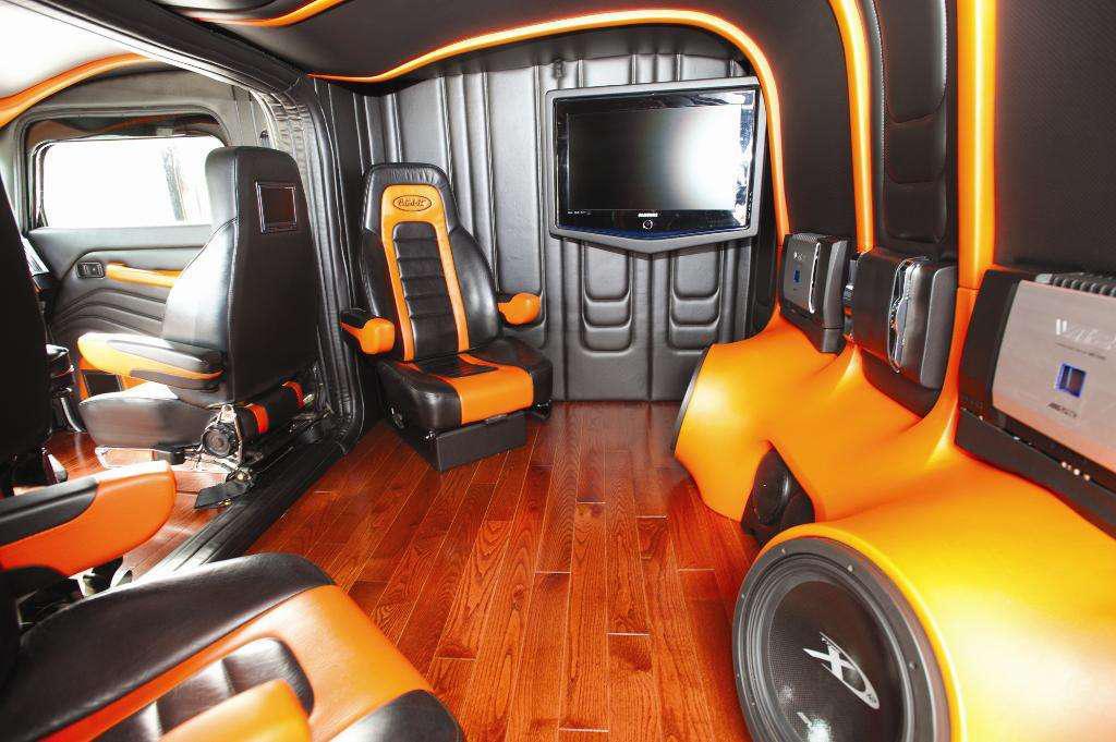Coga interior overdrive owner operators trucking magazine for Wood floor for 379 peterbilt