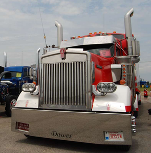 Find more views of owner-operator Morry Dawes' and his son Joel Dawes' rigs, such as Morry's 2001 Kenworth W900 and reefer trailer pictured, via this link.