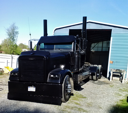 Yes it works 3 to 4 days a week,,,  its a 1999 freightliner classic ,custom ,,, motor is a 550 hp  60 ser Detroit ,,, plate-n the top frame from cab to end of frame,,, putting tear drop covers over rear wheels,, and will be changing 8 inch pipes  to 10 inch low drop up to 13 3 tall,, then will repaint the whole truck,,,