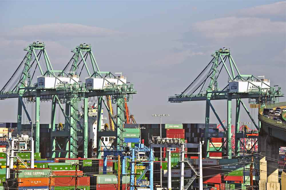 Port news: 6-mile line of trucks prompts call for port changes, truckers fight gridlock fees on West Coast