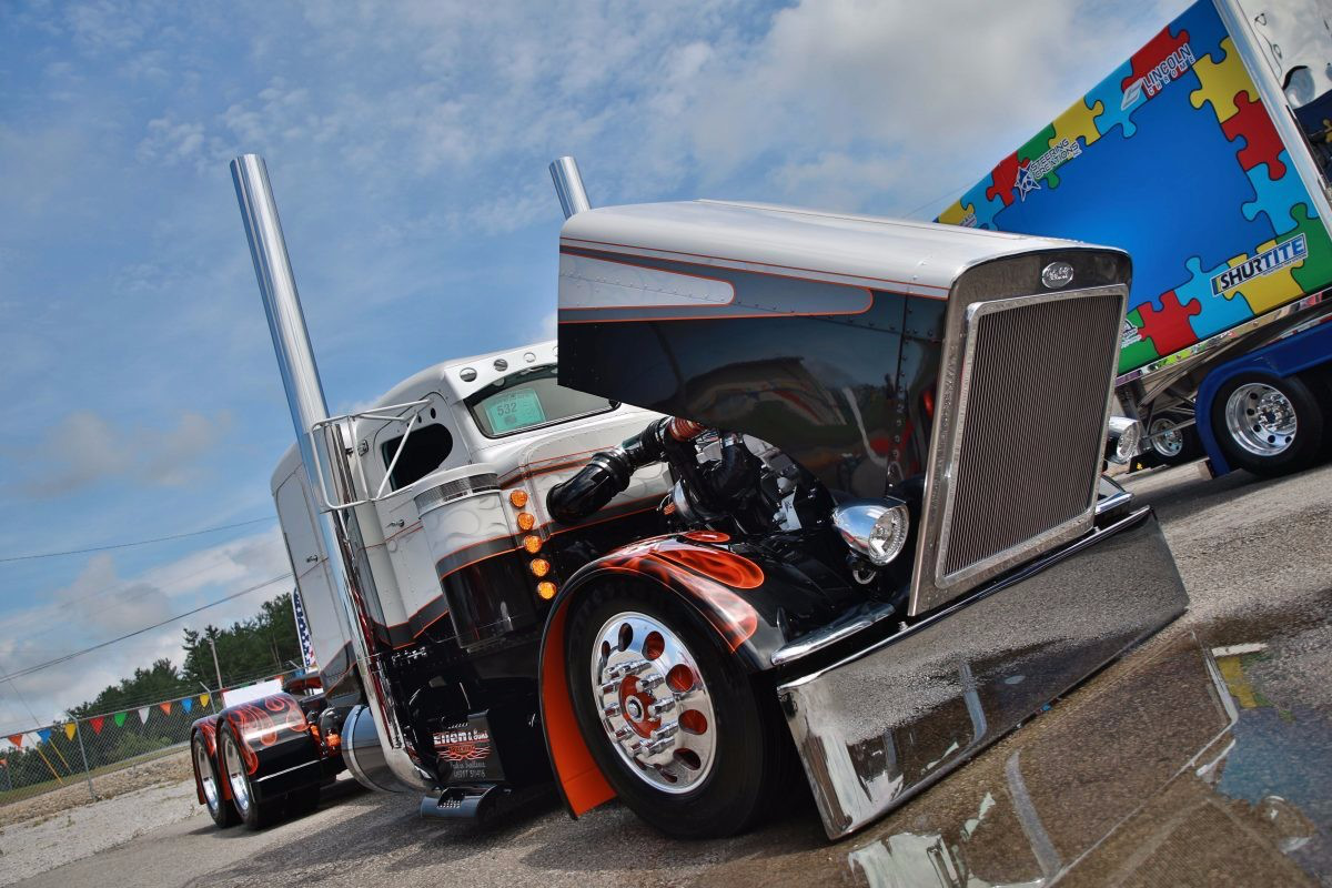 Jonathan Eilen won Best of Show, Builders Class Bobtail with this 1990 Peterbilt 379 at the July-held Fitzgerald Glider Kits Pride & Polish.