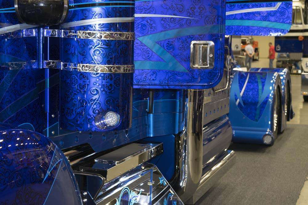 Mendez made use of four different blues in the truck's paint scheme. He noted the continuity of the lines running from the KW's grill all the way to the rear bumper.