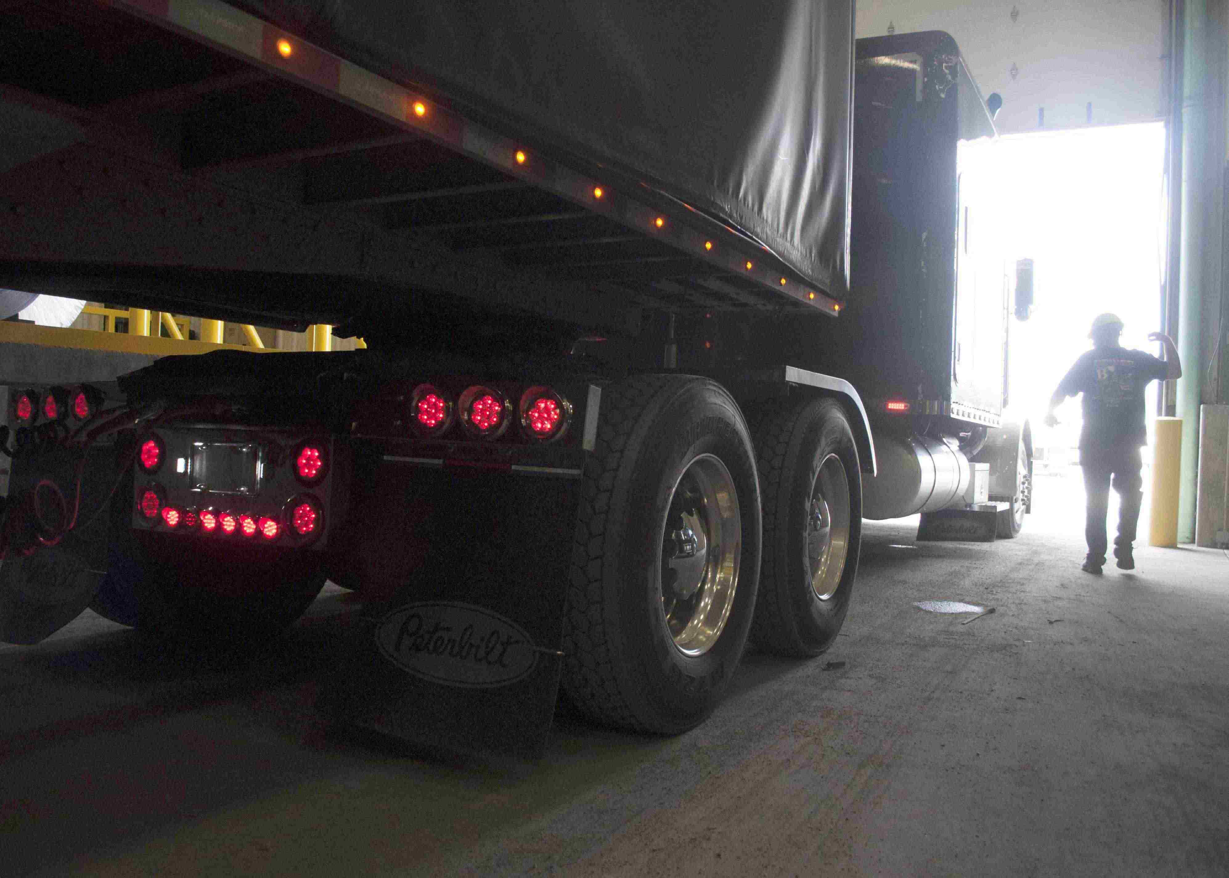 FMCSA seeks data from truckers on detention time