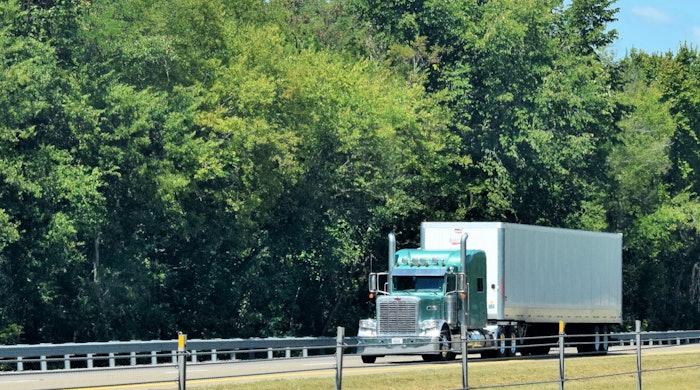 Peterbilt-truck-on-highway-dry-van-2018-10-14-14-14