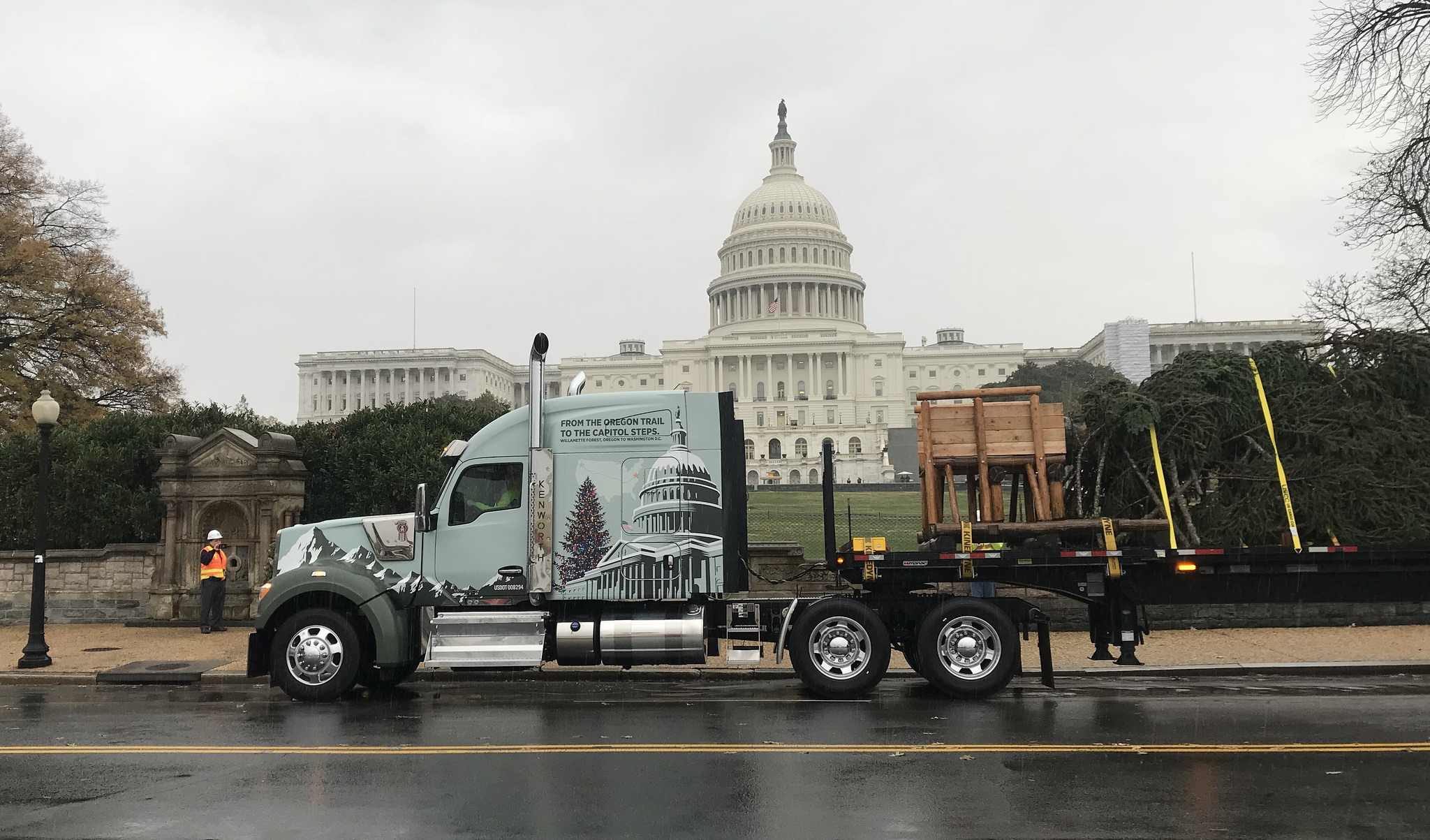Photos: KW W990 Makes Delivery Of U.S. Capitol Christmas Tree